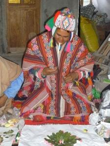 Q ero indianer bei einem Despacho ( Ritual aus Blüten, Getreide etc.)